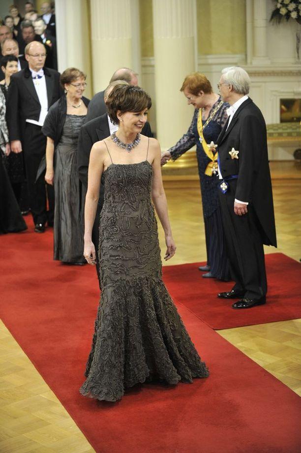 Assi Koivisto puolisoineen on ollut äitinsä tukena Mauno Koiviston kuoltua vuonna 2017. Kuvassa Assi Koivisto puolisoineen Presidentti Halosen vieraana linnan juhlissa vuonna 2010.