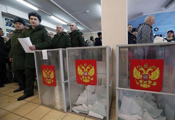 Vaalivilppiepäilyjä tuli jälleen esille, mutta asiantuntija-arvioiden mukaan vähemmän kuin aiemmin. Kuva Pietarista äänestyspaikalta sunnuntaina.
