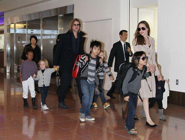 Angelina Jolie ja Brad Pitt perheineen Tokiossa.