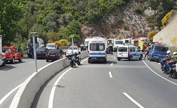 Äitienpäiväjuhliin matkalla ollut bussi syöksyi rotkoon Turkissa.