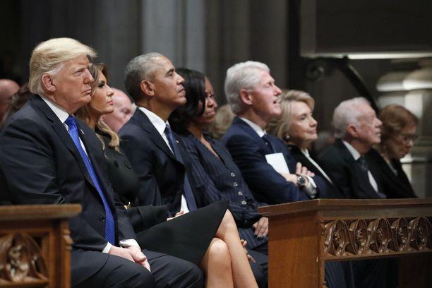 Hautajaisvieraiden joukossa olivat Yhdysvaltojen nykyinen presidentti Donald Trump ja vaimonsa Melania Trump, entinen presidentti Barack Obama ja vaimonsa Michelle Obama, entinen presidentti Bill Clinton ja vaimonsa, entinen ulkoministeri Hillary Clinton sekä entinen presidentti Jimmy Carter.