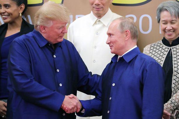 Trump ja Putin kättelivät APEC-kokouksessa ryhmäkuvan ottamisen yhteydessä