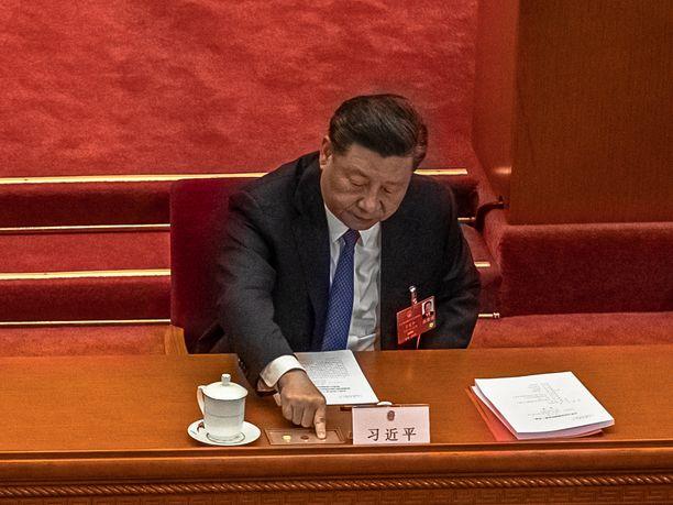 Kiinan hallinto käsitteli torstaina turvallisuuslakia Hongkongiin. Kuvassa Kiinan presidentti Xi Jinping käsi äänestysnapilla.