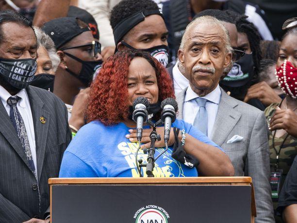 Poliisien ampuman Breonna Taylorin äiti Tamika Palmer puhui tyttärestään Washingtonissa elokuun lopulla järjestetyssä tilaisuudessa.
