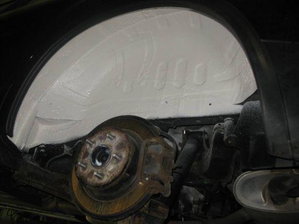 Äänieristeaine on tässä paljaalla peltipinnalla ennen ruostesuojausta. Kuvassa vasen takapyörätila.