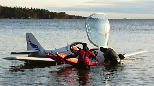 Ultrakevyt lentokone teki pakkolaskun Mellstenin rantaan.