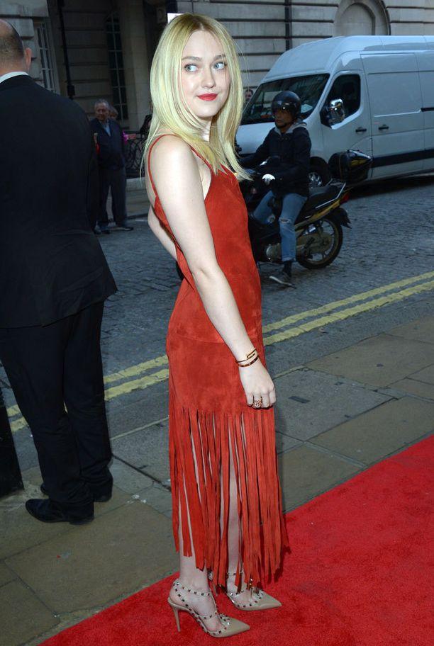 Dakota Fanning yhdisti punaiseen hapsumekkoon nudet Rockstudit.