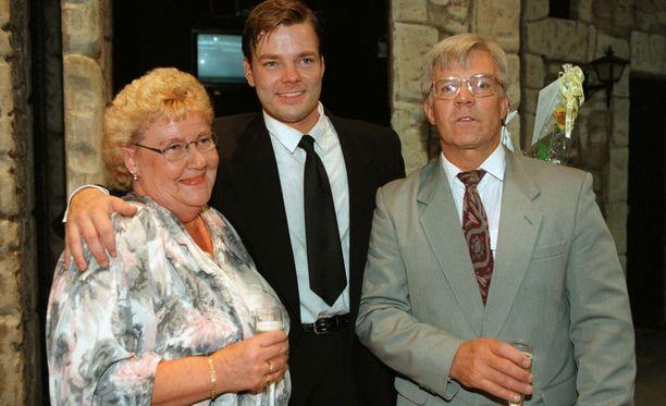 Jari Sillanpään vanhemmat Raija ja Raimo poikansa kera Seinäjoen kaupunginteatterin Aspects of Love -musikaalissa vuonna 1997.