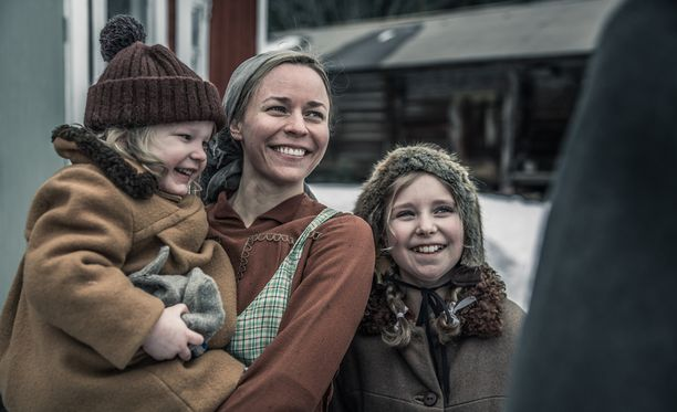 Paula Vesala näyttelee elokuvassa Antti Rokan puolisoa, perheenäiti Lyytiä.
