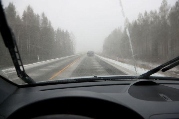 Meteorologi varoittaa ajokelin muuttuvan Lapissa huonoksi, jos sade tulee lumisempana muuallakin kuin tunturissa. Kuvituskuva.