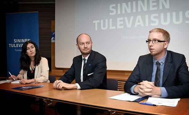 """Sinisen eduskuntaryhmän Tiina Elovaara, Sampo Terho ja Simon Elo julkistivat perjantaina """"äärikeskustalaisen"""" periaateohjelman."""