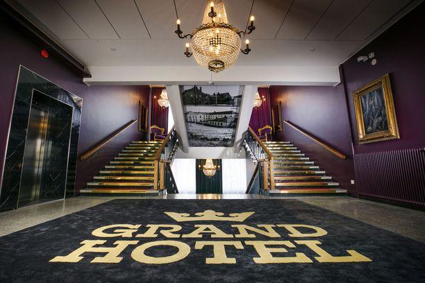 Grand Hotelin aula on arvokkaan näköinen.