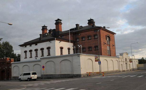 Vankila on tuttu paikka tuomarille raivonneelle savolaismiehelle. Kuvassa on Mikkelin vankila.