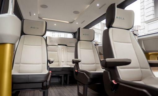 Jokaisessa autossa on kuusi erillistä istuinta.