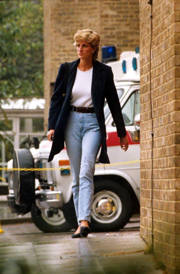 Eron jälkeen Dianasta alkoi näkyä harvinaisia katutyylikuvia, joissa prinsessa nähtiin rennossa vapaa-ajan tyylissä. Farkut, t-paita ja bleiseri olivat Dianan luottoyhdistelmä.