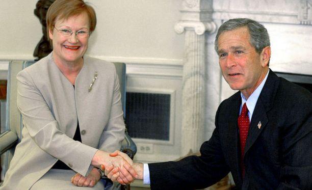 Presidentit Tarja Halonen ja George W. Bush Valkoisessa talossa huhtikuussa 2002.