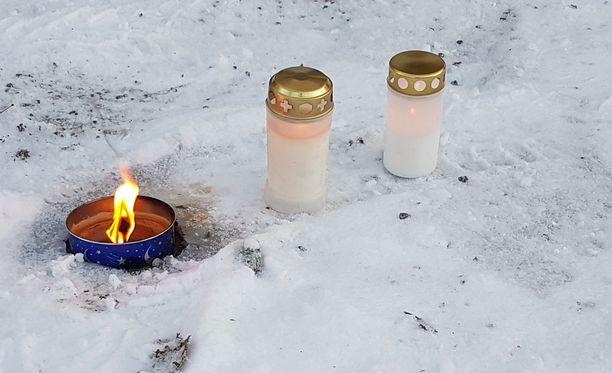 Uhrien muistolle tuotiin aamulla kynttilöitä.