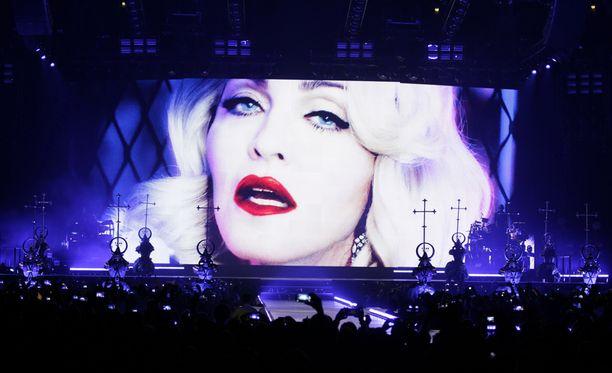 Madonnan ääni värisi, kun hän kunnoitti Pariisin terrori-iskujen uhreja puheellaan. Kuva Madonnan kiertueen avauskeikalta Kölnistä 5.11.