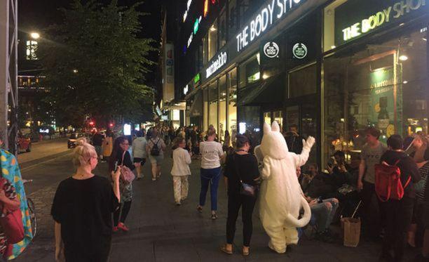 Muumi-muki sai porukkaa liikkeelle myöhään keskiviikkoiltana Helsingissä.