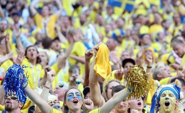 Ruotsalaisfaneja riitti Pietarin stadionilla.