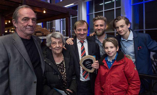 Koko perikunta koolla! Harkimot vasemmalta oikealle: Roy, Doris, Harry, Joel, Dan, Leo.