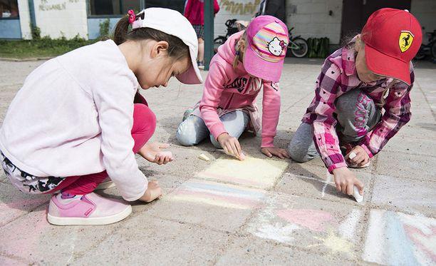 Palkansaajien tutkimuslaitoksen teettämän tutkimuksen mukaan kotihoito lisää lasten kehitysongelmia, joten lasten olisi parempi olla päivähoidossa. Kuvituskuva.