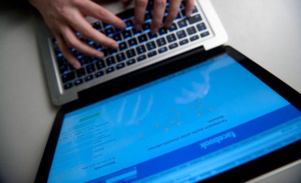 Facebook yritti automatisoida suosittujen linkkien läpikäymisen koneille huonolla menestyksellä.