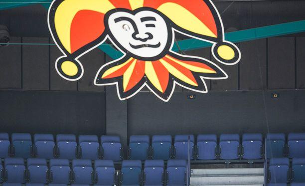 """Veikkauksen ja Jokereiden sponsorisopimus nousi esiin eilen, kun valtion omistajaohjauksesta vastaava ministeri Juha Sipilä päätti nimittää hyvän ystävänsä ja naapurinsa, kansanedustaja Harry """"Hjallis"""" Harkimon Veikkauksen hallitukseen ohi kokoomuksen oman ehdokkaan."""