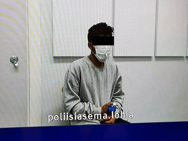 Murhasta epäilty mies piteli käsiään Lohjan poliisiasemalla.