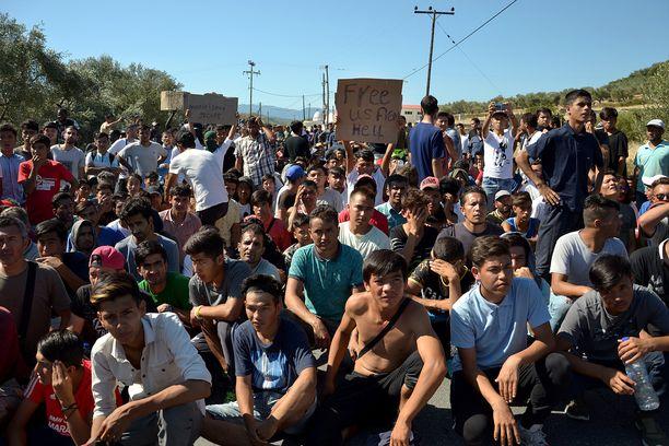 Turvapaikanhakijat osoittivat lokakuun alussa mieltään huonoja elinolosuhteita vastaan Morian pakolaisleirin edessä Lesvosin saarella.