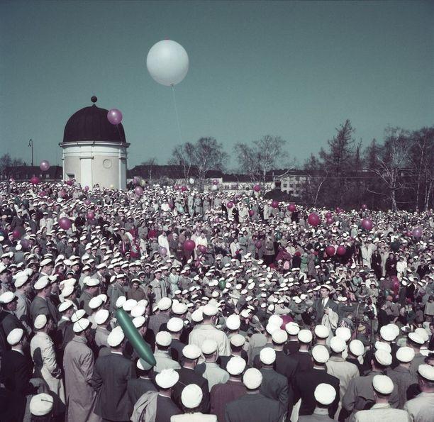 Valkolakit kokoontuivat Kaivopuistoon laulamaan kuorolaulua 1950-luvulla.