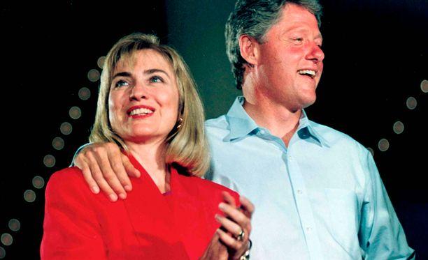Hillary ja Bill Clinton tanssivat presidentinvaalitapahtumassa vuonna 1992. Myöhemmin politiikan superpari selätti yhdessä Billin seksiskandaalin.