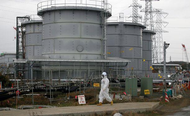 Työntekijä käveli tankin ohi, johon oli kerätty radioaktiivista vettä. Fukushiman onnettomuus tapahtui maaliskuussa 2011.