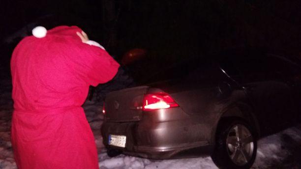 Joulupukkia kuljettanut auto suistui tieltä aattoiltana liukkaan kelin vuoksi.