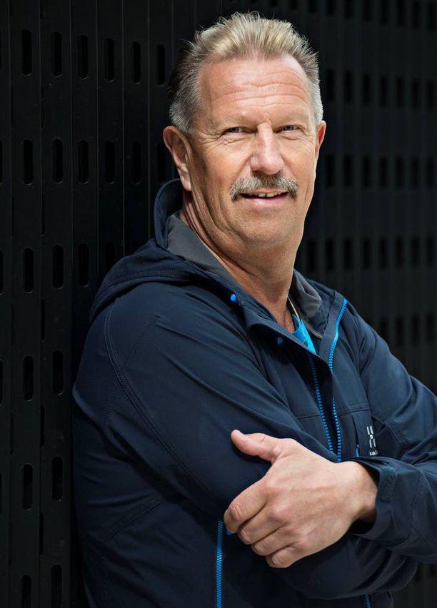 Raitistuttuaan Lasse Hoikka aloitti kovan kuntoilun, minkä takia hän yllättyi aivoverenkiertohäiriöstään. Yhtäkkiä voimat kehon vasemmalta puolelta katosivat.