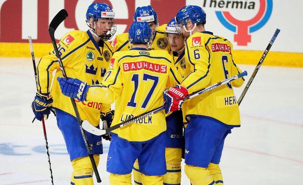 Pär Lindholm (17) osui kahdesti ja sai onnitteluita joukkuekavereiltaan.