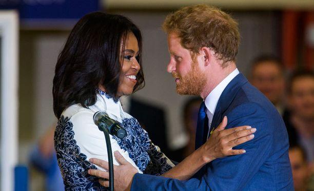 Michelle Obama hurmaantui prinssi Harryn charmista.