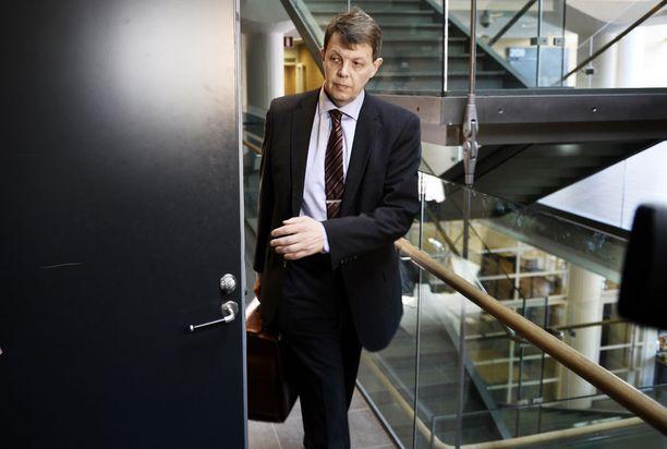 Salassapitosäännöksiin perehtynyt kihlakunnansyyttäjä Jukka Haavisto paljasti sivullisen henkilön salattuja terveystietoja julkisessa istunnossa.