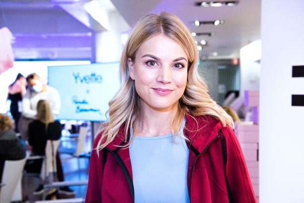 Janni Hussi, 29, tunnetaan nykyään myös radiojuontajana.