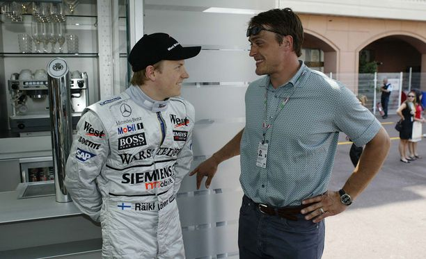Kimi Räikkönen ja Teemu Selänne tunnelmoivat Monacossa kesällä 2003. Räikkönen ajoi McLarenilla MM-sarjan kakkoseksi, Selänne oli aloittamassa uransa yhtä vaikeinta NHL-kautta Coloradossa.
