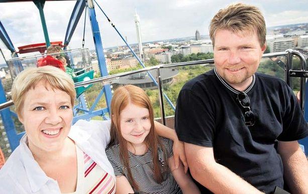 Liisa, Katariina ja Anssi Rumpunen nauttivat lomapäivästä Linnanmäellä. – Tämä on perinne. Kävimme täällä jo aikoinaan 20- ja 23-vuotiaiden lastemme ollessa pieniä, perheen äiti kertoo.
