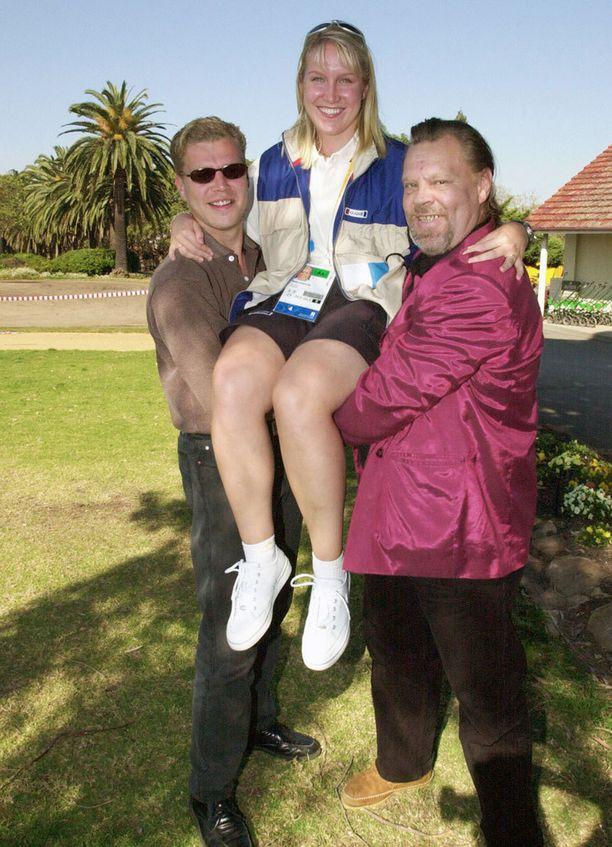 Jari Teittinen ja Vesku kannattelevat pyöräilijä Mira Kasslinia Sydneyn olympialaisissa syyskussa 2000.