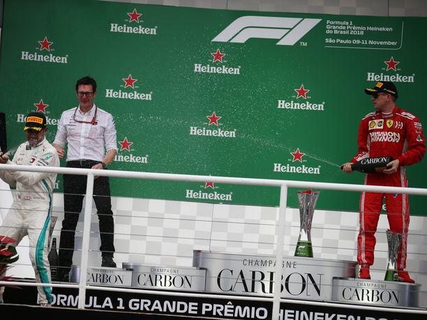Lewis Hamilton ilakoi Brasilian GP:n palkintokorokkeella huomattavasti Kimi Räikköstä innokkaammin. Varmalta näyttäneen voiton menettänyt ja lopulta toiseksi sijoittunut Max Verstappen oli jo tässä vaiheessa poistunut paikalta.
