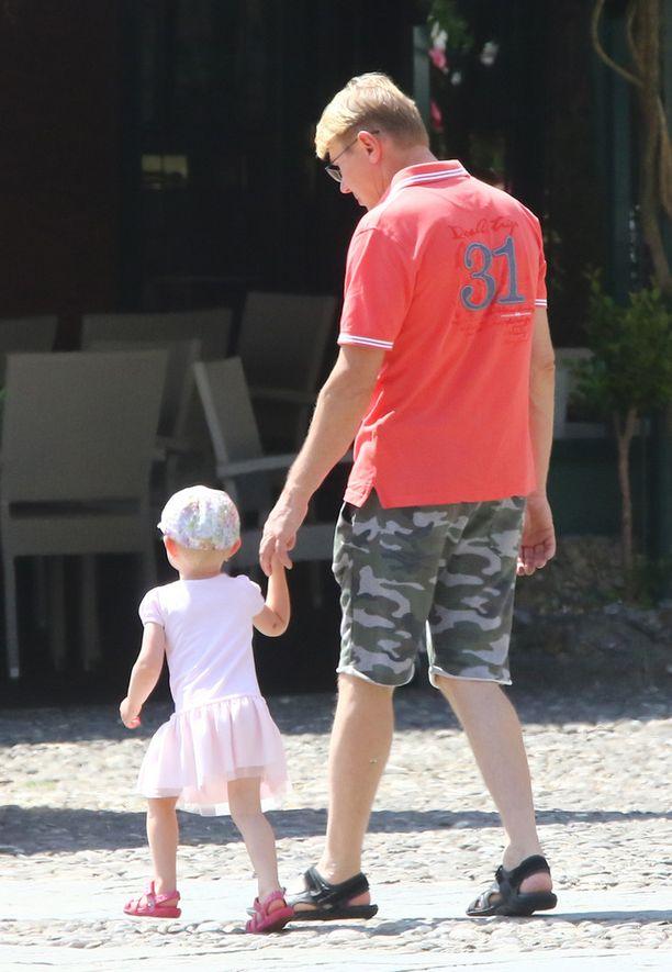 Lynn kävelee käsi isänsä kädessä.