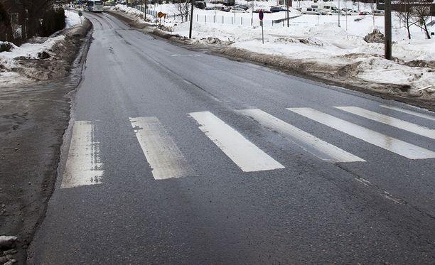 Lounais-Suomen poliisilaitos muistuttaa jalankulkijoita ja pyöräilijöitä heijastimen käytöstä talvella. Kuvituskuva.