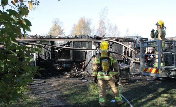 Rivitalo tuhoutui palossa täysin.