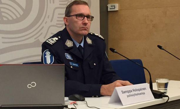 Poliisiylitarkastaja Samppa Holopainen tiedotti muun muassa ylinopeuksien rikesakkokynnyksen madaltumisesta keskiviikkona.