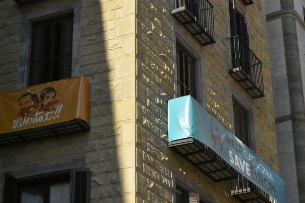 Barcelonassa useilla parvekkeilla on iskulauseita, jotka pyytävät Eurooppaa pelastamaan Katalonian.