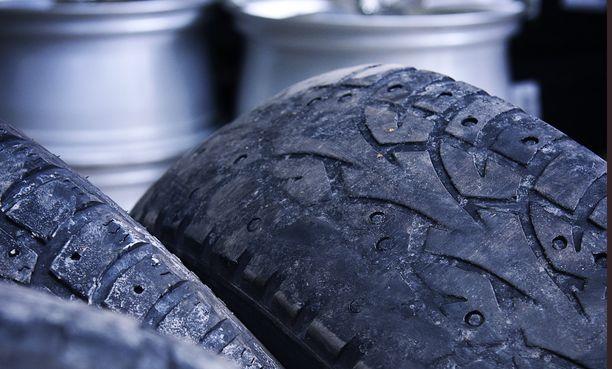 Autoilijat tuovat vaihtoon joskus todella huonokuntoisia renkaita.