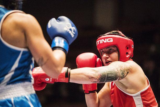 Kuvassa punaisissa iskevä Elina Gustafsson löi EM-välierässä Italian Assunta Canforan.